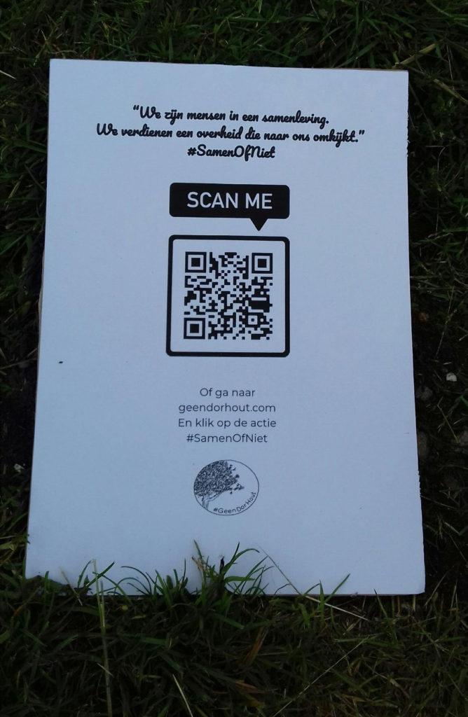 """Stuk papier met de tekst """"We zijn mensen in een samenleving. We verdienen een overheid die naar ons omkijkt. #SamenOfNiet"""". Daaronder een 3d barcode en de tekst """"Of ga naar geendorhout.com en klik op de actie #SamenOfNiet""""."""