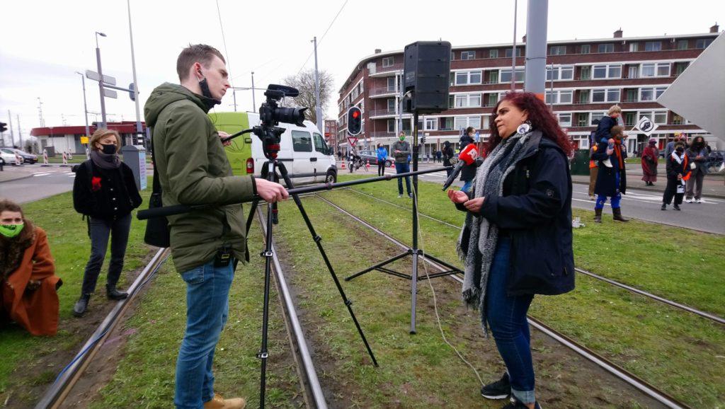 Sandra Salome in gesprek met een journalist van het AD, midden op de afgesloten trambaan.