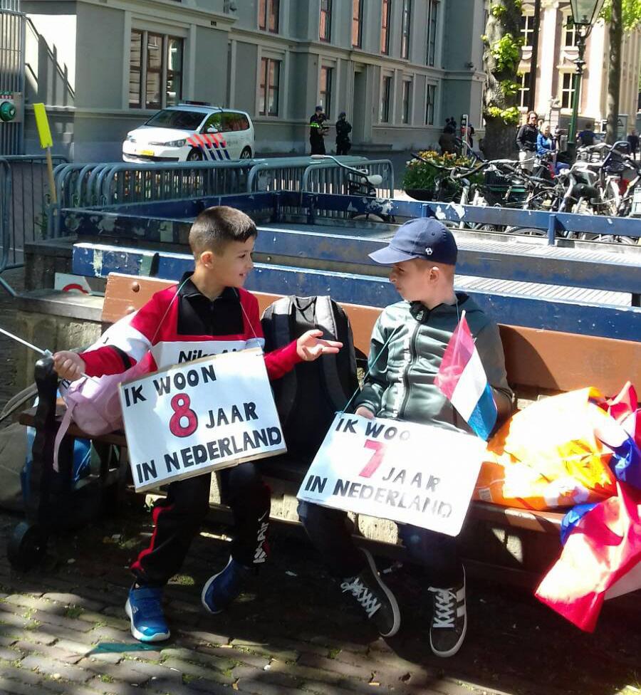 Twee jonge deelnemers rusten uit op een bankje.