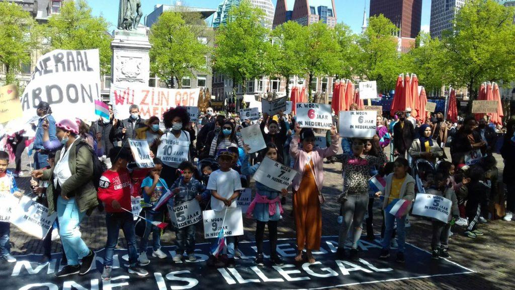 Een groep deelnemende kinderen poseert voor de foto.