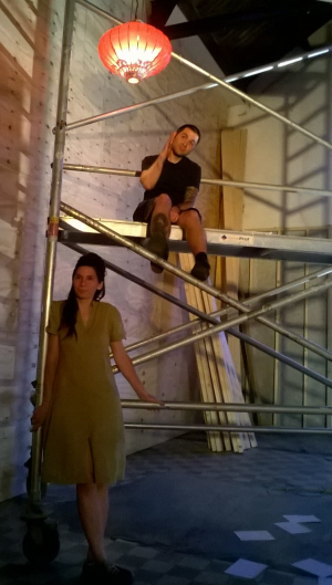 Ioana Turdor tijdens de nabespreking, met Andro Čengić op de bouwsteiger.