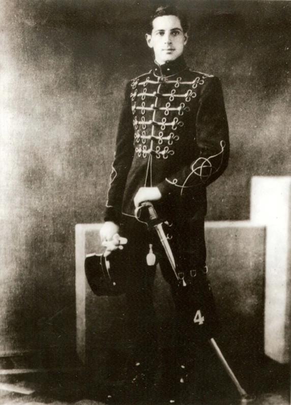 Foto van George Maduro in een uniform en met een sabel.
