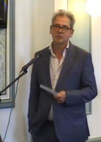Gijsbert Vonk spreekt in bij de vergadering.