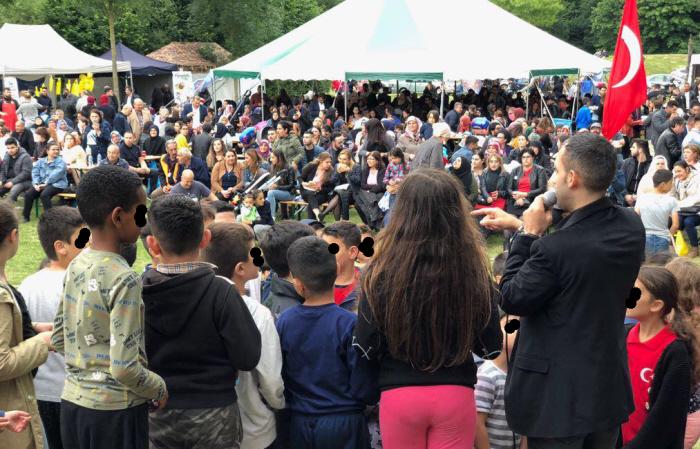 Gökhan Tekin tijdens het festival: bezig kinderen zijn nationalistische praat in te prenten.