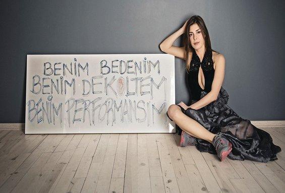 """Presentatrice Gözde Kansu protesteert tegen de uitspraken van AKP-er Hüseyin Çelik over haar kleding: """"Mijn lichaam, mijn decolleté, mijn performance""""."""