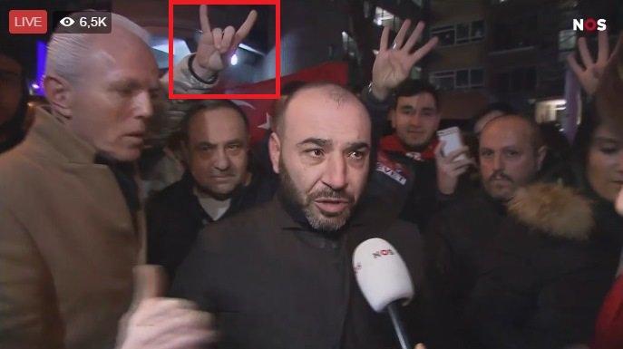 Turkse nationalisten in Rotterdam maken Grijze Wolven-gebaren.