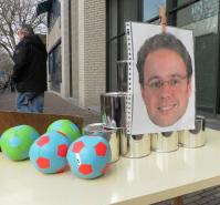 Ballen gooien tegen de tronie van dwangarbeid-wethouder Jan-Jaap de Haan. Bij de vorige actie bij het Werkplein, twee jaar geleden.