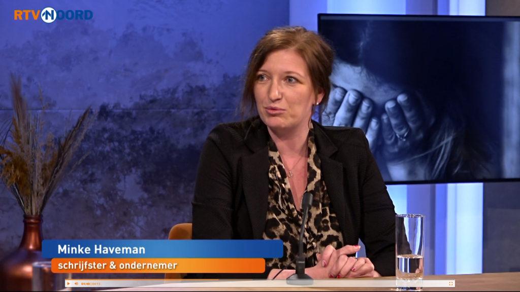 Een screen capture van een TV-programma op RTV Noord. In beeld is Minke Haveman, schrijfster en ondernemer.