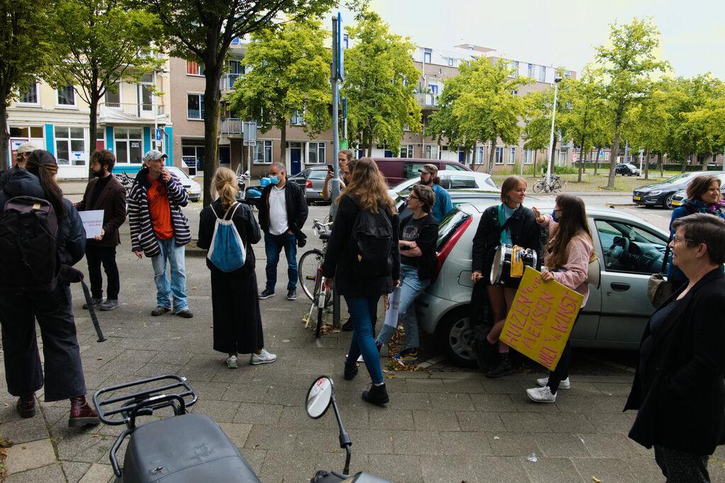 Overzicht van de demonstranten die voor het kantoor van Havensteder staan.