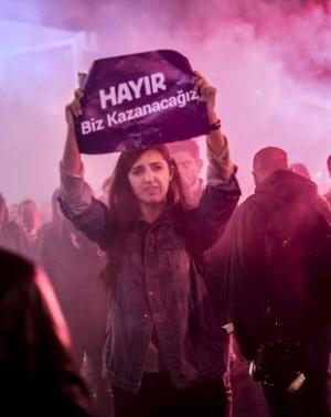 """Bij de protesten in Turkije na het referendum. """"Hayır"""" betekent """"nee""""."""