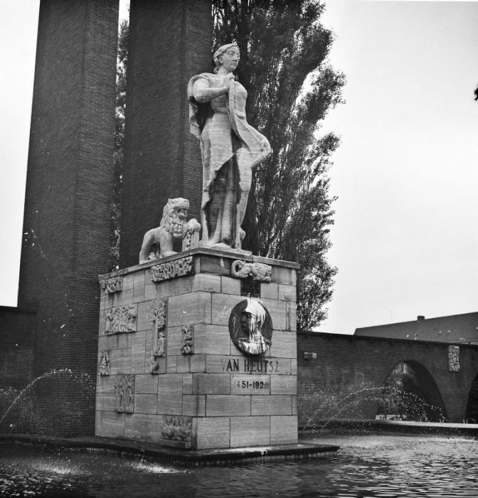 Het voormalige Van Heutsz-monument op het Olympiaplein in Amsterdam-Zuid bestond oorspronkelijk uit een 18,7 meter hoge gedenkzuil, een vrouwenfiguur met een wetsrol in de hand, geflankeerd door twee leeuwen, en diverse reliëfs. Een vijver en een muur omringden het geheel. Op de sokkel was een plaquette aangebracht met een portret van Van Heutsz. Het monument heet nu Indië-Nederland.
