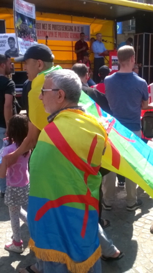 Actievoerder in Amazigh-vlag.