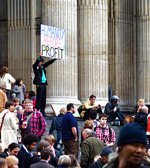 "Actiebord ""Humanity Before Profit"" bij Occupy London (foto: Garry Knight)"