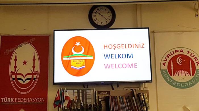 Eveneens binnen bij de Binnen bij de Turks-Islamitische Culturele Stichting. Links het logo van de Nederlandse federatie van Grijze Wolven, rechts het logo van de Europese federatie van Grijze Wolven.