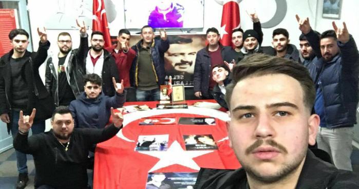 Facebook-banner van de jongerenorganisatie Estergon: een zaaltje vol fascistische jongens.