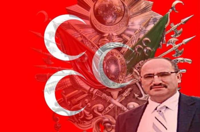 Tahsin Çetinkaya voor de Grijze Wolven-vlag met de drie manen (gevonden op zijn Facebook-pagina).