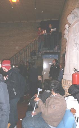 Ook de dichters Joke Kaviaar en Harry Westerink traden op, als pastoors op een kansel bovenaan de trap.
