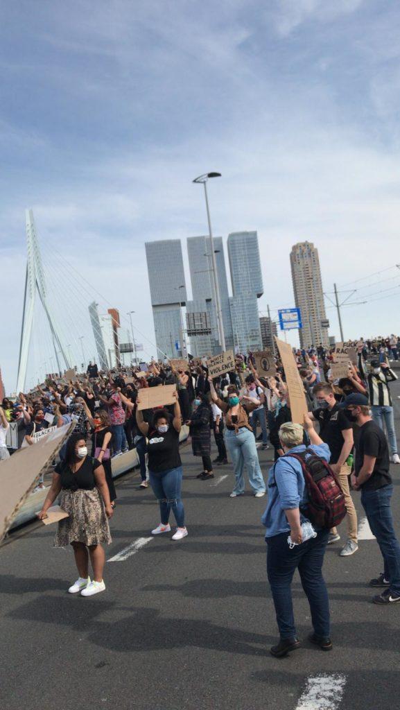 Enorme groep mensen op de Erasmusbrug bij het BLM-protest.