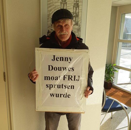 Ook Kerst Huisman, een fan van de pro-blackface #blokkeerfriezen mocht vrijelijk protesteren tussen de ouders en kinderen met een actiebord dat aangeeft dat Jenny Douwes vrijgesproken moet worden.