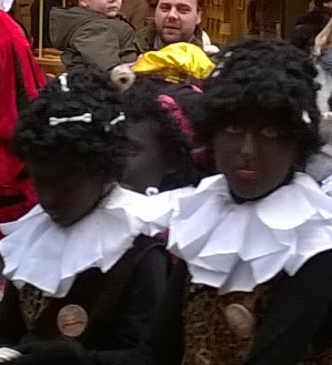 Vandaag gooiden ze er bij de intocht in Leiden nog een racistisch schepje bovenop: kannibalenpieten met mensenbotjes in hun kroespruiken.