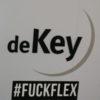 Sticker achtergelaten in de hal van De Key.