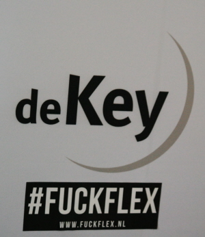 Sticker achtergelaten in de hal van De Key.