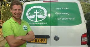 """JEZUS LEEFT-lijsttrekker Florens van der Spek bij het busje van zijn hoveniersbedrijf """"Scheppingsonderhoud""""."""