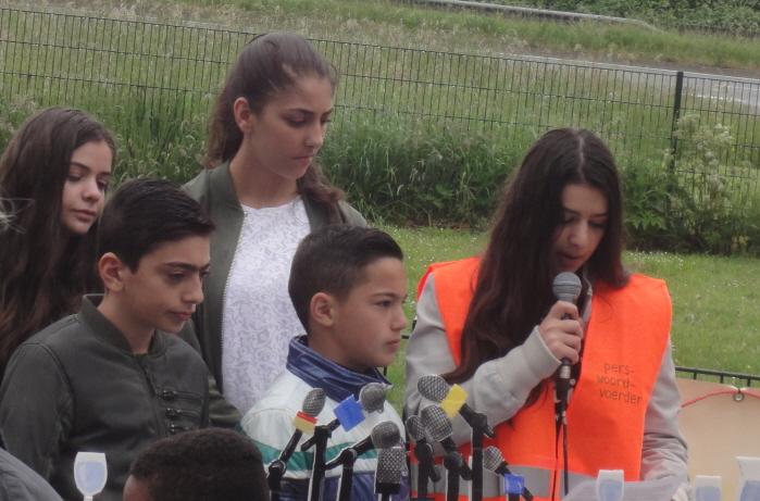 De kinderen geven zelf een persconferentie.