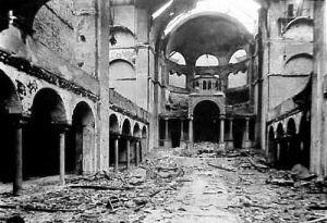 Uitgebrande synagoge na de Kristallnacht.