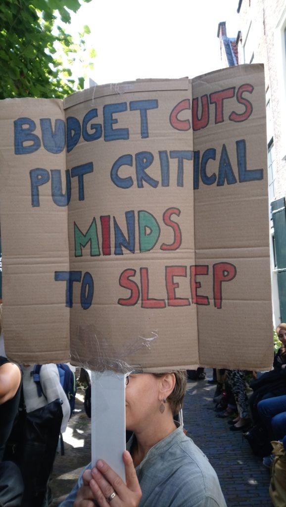 Academische gemeenschap moet ook oog hebben voor bezuinigingen elders in de samenleving