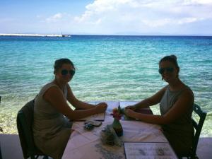 Manon en Elizabeth op Samos.