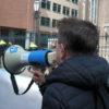 Niet gewenst, toch gedaan: leuzen roepen tijdens de demonstratie door onze megafoon.