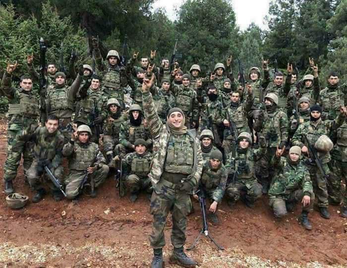 Turkse soldaten maken massaal Grijze Wolven-gebaar voor ze Afrin binnenvallen.