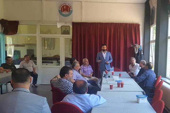 """Kort na het Turks Festival belegde de Arnhemse Grijze Wolven-voorzitter Günay in zijn afdelingsgebouw Hoca Ahmed Yesevi een vergadering met Denk-Kamerlid Selçuk Öztürk en de Arnhemse raadsleden van Denk Kürşat Bal en Yıldırım Usta. Linksboven aan de muur zie je het logo van de Europese Grijze Wolven-federatie ATK. """"We bedanken onze vertegenwoordigers"""", schreef Günay bij deze foto op Facebook. Waarschijnlijk bespraken ze hoe om te gaan met de oplopende druk in Arnhem en het Binnenhof."""