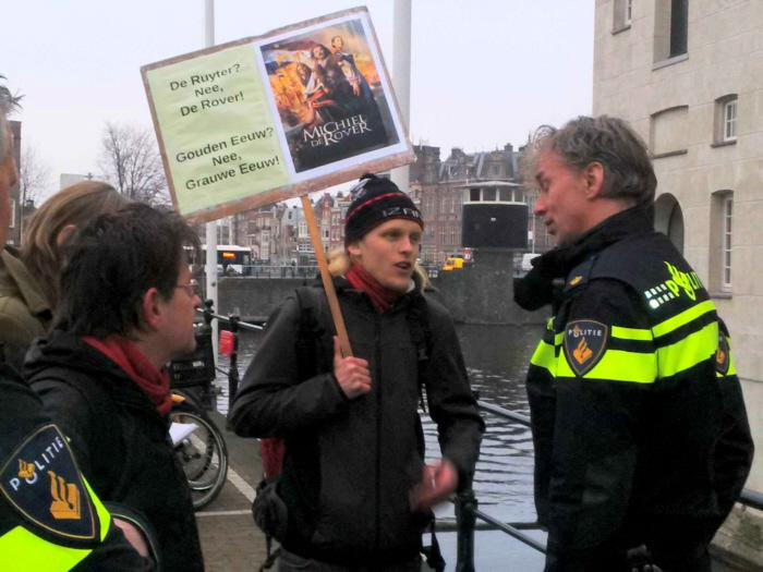 Politie komt bij de persdag uitleggen dat de vrijheid van meningsuiting, die de afgelopen weken zo is bejubeld, toch maar even buiten werking is gesteld.