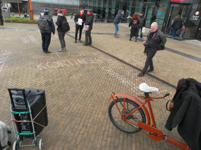 Overal groepjes actievoerders in gesprek op het Uitbuiterplein.