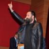 Zanger Ozan Manas maakt het Grijze Wolven-gebaar, de Turkse variant van de Hitlergroet.