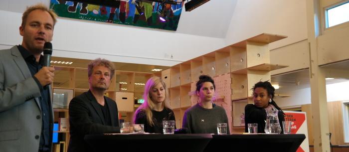 Van links naar rechts: de moderator (die zich niet voorstelde), Jan-Willem Dol, Eva Rovers, Ioana Tudor en Naomie Pieter.