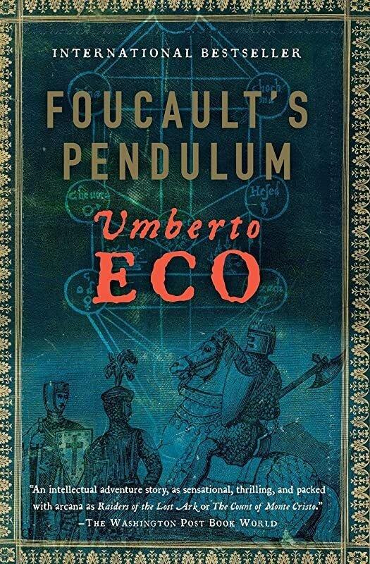 Omslag van 'De slinger van Foucault' van Umberto Eco. Een blauwe achtergrond met een middeleeuws aandoende afbeelding van enkele ridders, waarvan eentje op een steigerend paard.