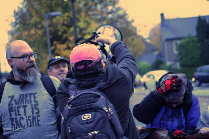 Op het perron: een boze reiziger tracht de megafoon af te pakken. (foto: Johan Janssen)