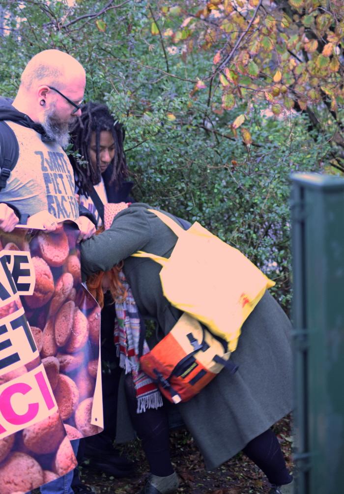 Perron: witte vrouw tracht door zwarte activiste heen te beuken (foto: Johan Janssen)