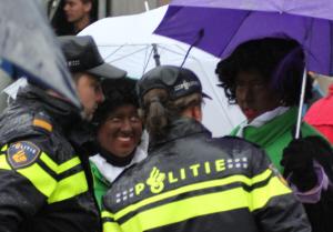 Dikke vrienden in Gouda: Zwarte Piet en de politie.