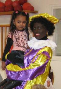 Een Zwarte Piet ergens op een school.