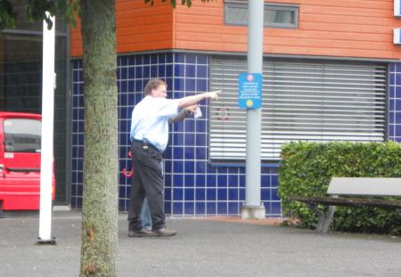 Bewaking stuurt activist weg.
