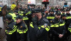 Gouda, november 2014: de gewapende tak van de staat krijgt opdracht om nog weer een groep voornamelijk zwarte Nederlanders te ontvoeren.