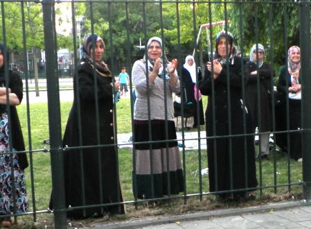 Vrouwen in een park klappen voor de demonstratie. (foto: Eric Krebbers)