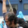 Iraanse vluchteling houdt een strop om zijn nek.