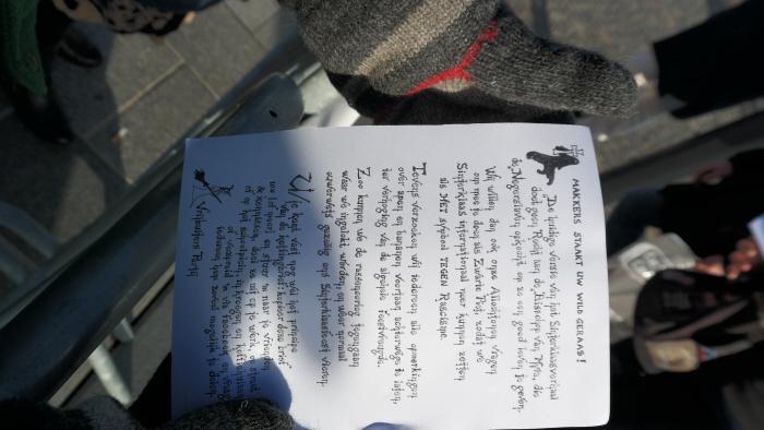 Folder die een van de racisten kwam overhandigen.