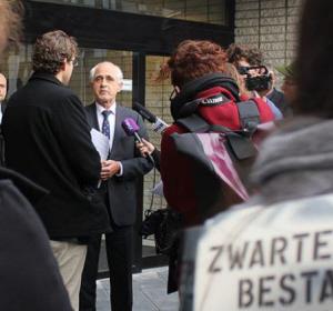 Studenten geven de rector van de universiteit een petitie tegen Zwarte Piet.