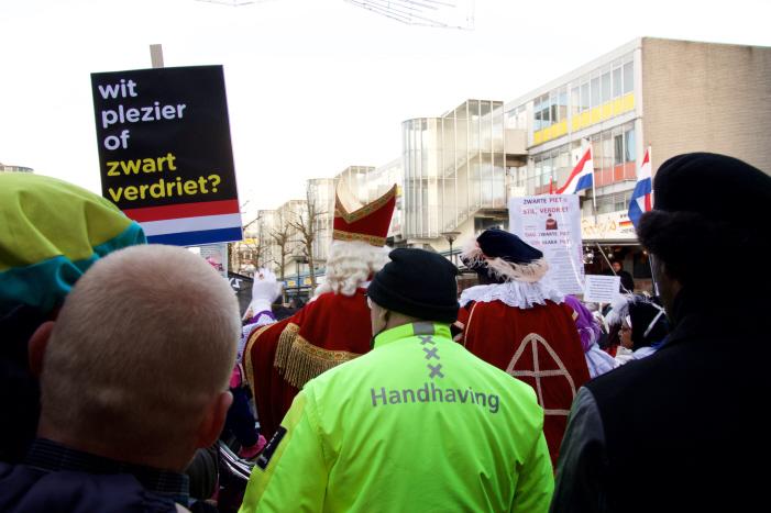 Anti-blackface activisten midden in de optocht met een heldere boodschap. (foto: Jaye Brunsveld)